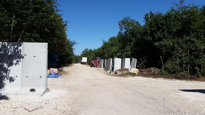 Le mur de 3 km est en construction dans le bois Lejuc près de Bure en Meuse