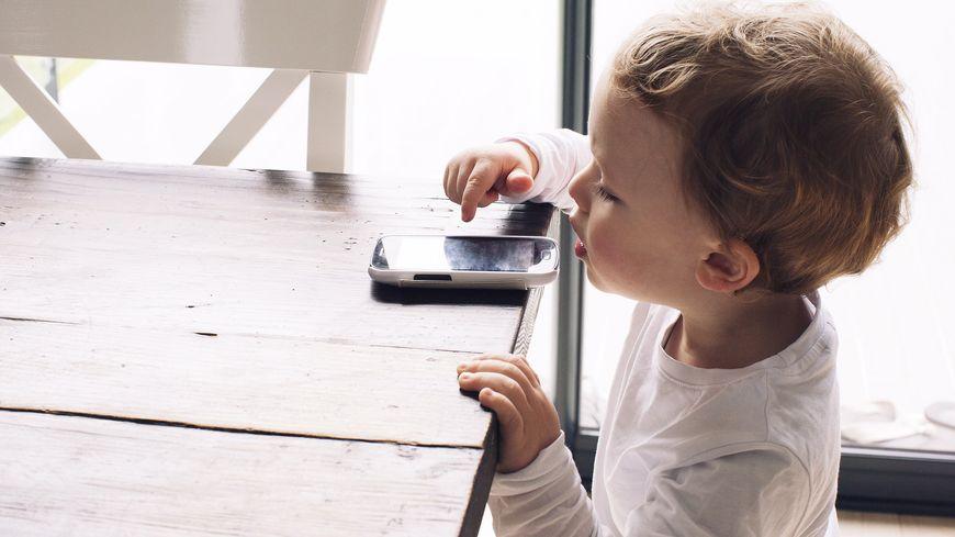 Les enfants sont exposés de plus en plus tôt aux ondes électromagnétiques des objets connectés