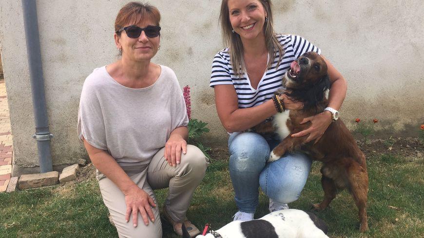 Corinne (à gauche) retrouve Aurélie (à droite), sa pet-sitter.