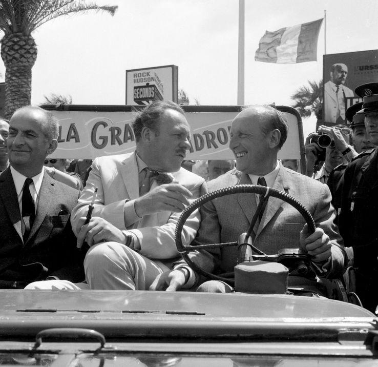 """Les vedettes de """"La Grande Vadrouille"""" Louis de Funès, Terry Thomas et Bourvil, arrivent au Palais du Festival à bord d'une jeep, le 10 mai 1966 à Cannes"""