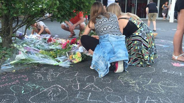 Des bougies et des dessins hier à Passy . Les amis d'Elouan lui ont rendu un dernier hommage.
