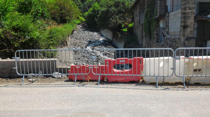 Le parapet du pont à l'entrée du village a été emporté par la force du courant.