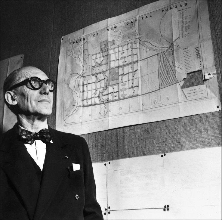 Le Corbusier face au plan de la ville ultra-moderne qui s'appellera Chandigar et dont le Complexe du Capitole est désormais patrimoine mondial de l'humanité