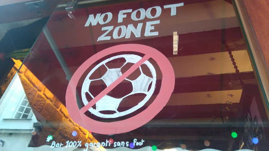 "Le Café Le Briord est une ""no foot zone""!"