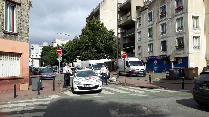 La rue Douy Délcupe, à Montreuil, bouclée par les forces de l'ordre ce vendredi