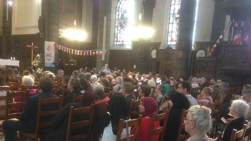 Beaucoup de monde à la messe dominicale, en l'église Saint Léger de Lens