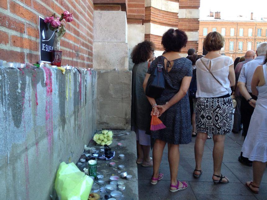 Les Toulousains ont déposé des bougies, des fleurs et des mots sur les bancs en pierre du Capitole.