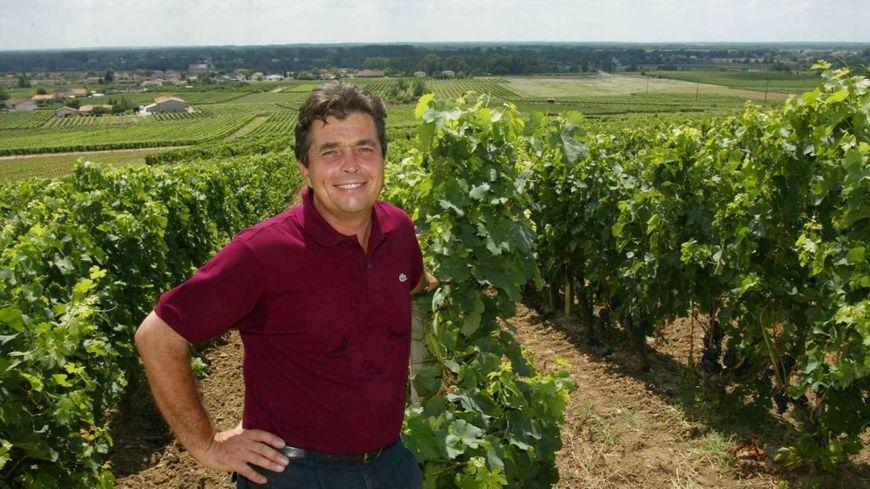 Denis Dubourdieu en 2004 dans ses vignes du château Reynon.