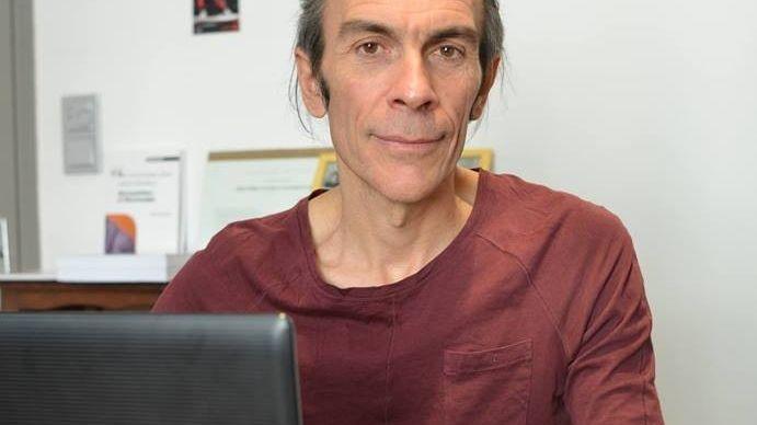 Denis Riché consulte rue Deyron à Nîmes.
