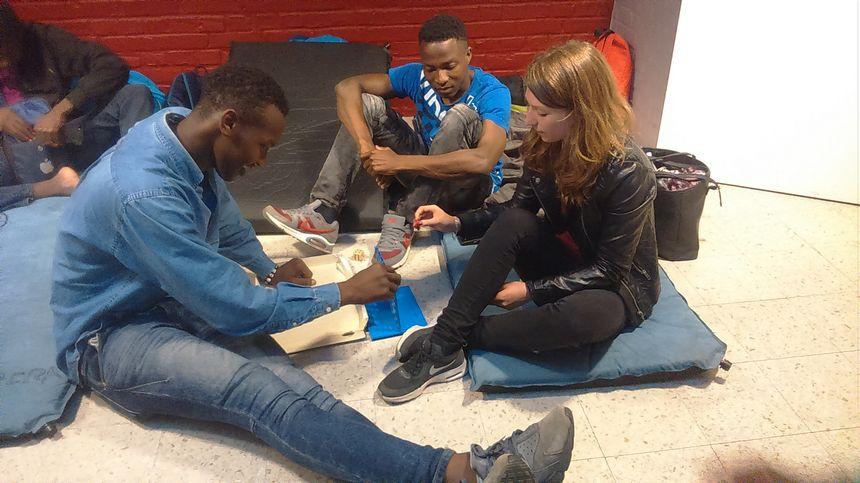 Les bénévoles occupent aussi les jeunes migrants avec des jeux
