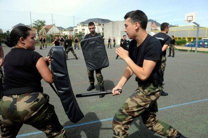 Exercices dans le cadre de la preparation militaire pour les eleves de la reserve operationnelle à la caserne de gendarmerie Martin David