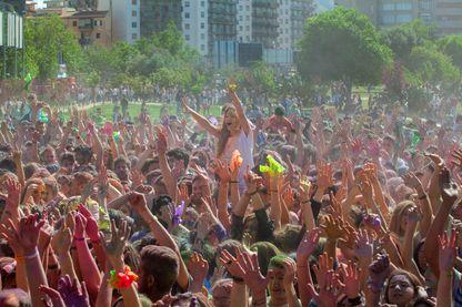 Des milliers de jeunes lors d'une Color party à Palerme en avril 2016