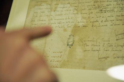 """Une lettre manuscrite (détail) de Niccolo Machiavelli est affichée à la Bibliothèque nationale centrale de Florence, à l'occasion de l'exposition """"Le chemin du Prince: Machiavel de Florence à San Casciano"""" (2013)"""