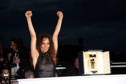 """Houda Benyamina reçoit le Prix de la Caméra d'or pour """"Divines"""" lors de la cérémonie de clôture du festival de Cannes (mai 2016)"""