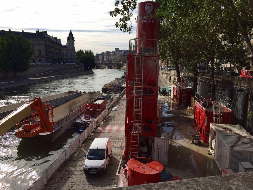 Le chantier du RER C vu de l'extérieur.