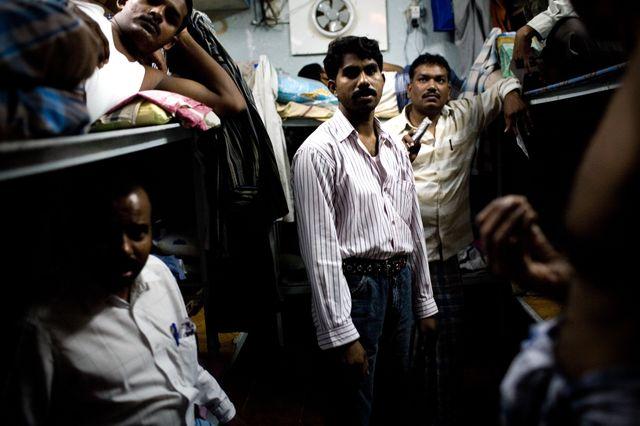 Foule de travailleurs migrants dans des lits superposés le 19 Juillet 2008 à Old Dubaï, Émirats Arabes Unis. Les travailleurs vivent et travaillent sans droits adéquats dans des conditions difficiles dans les camps de travail.