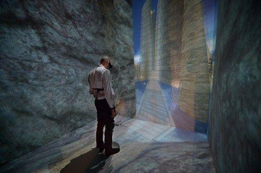 Un patient s'apprête à traverser la passerelle du canyon, en réalité virtuelle.