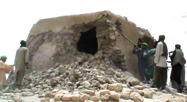 Des djihadistes détruisent un tombeau de Tombouctou. 1er juillet 2012.