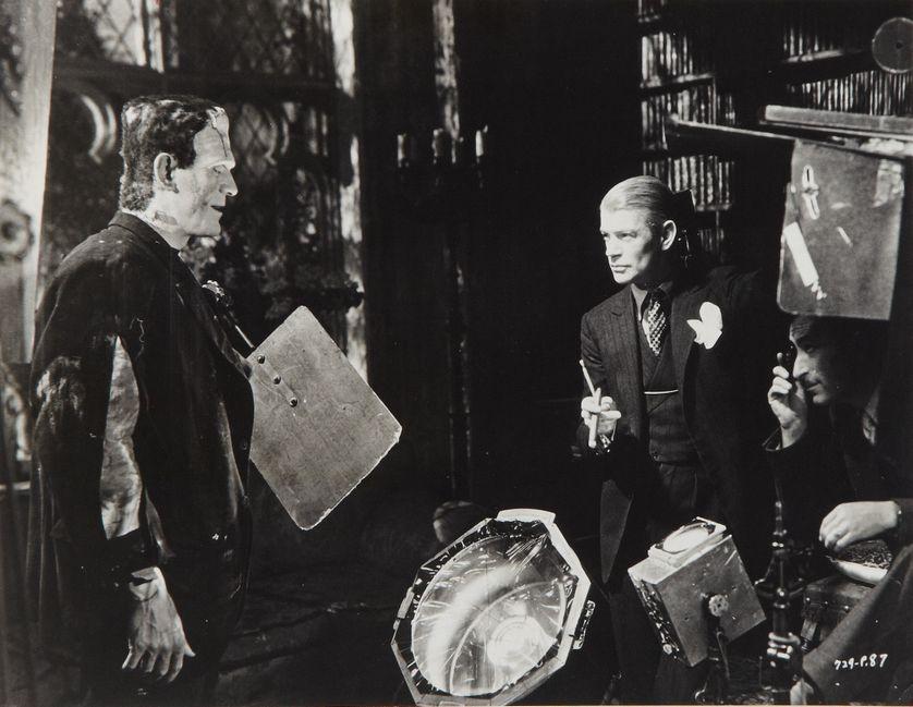 """Boris Karloff, James Whale et John J. Mescall sur le plateau de """"La Fiancée de Frankenstein"""" (1935)"""