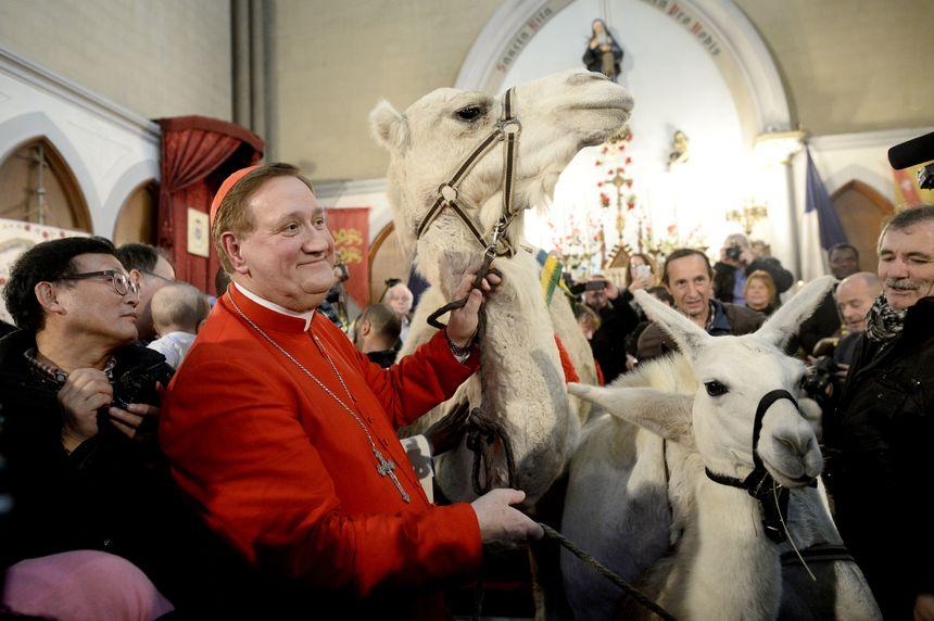 La bénédiction d'animaux par Mgr Dominique Philippe dans l'église Sainte-Rita
