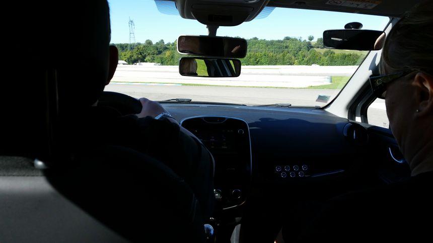 Au volant, Virgile; à ses côtés, Cathy, monitrice auto-école.