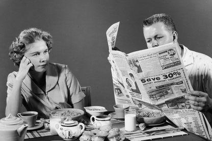 Image studio d'un couple au petit déjeuner