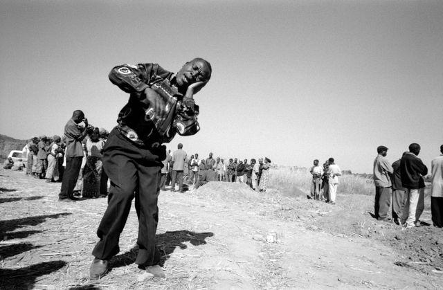 Un pasteur chante sa peine après avoir enterré un enfant, Zambie