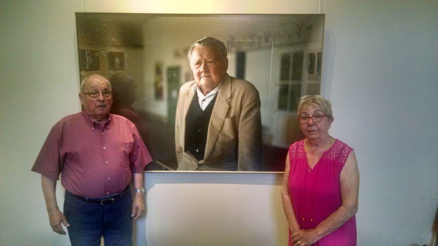 Serge Martin et Christiane Guitton entourent la photo de Michel Gandar, un autre survivant de Maillé, décédé cette année.