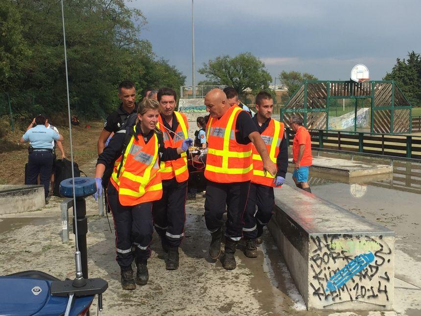 Les secours évacuent un blessé à Saint-Aunès