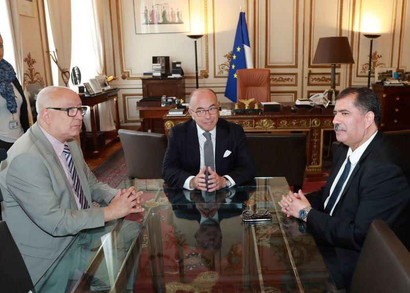 Bernard Cazeneuve ce lundi 1er août avec le Président du Conseil français du culte musulman (CFCM) Anouar Kbibech (dte), et son secrétaire général, Abdallah Zekri (à gche)