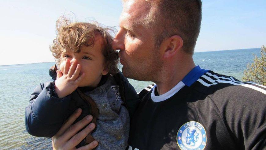 Jérémy Warin et son fils Nathan de 19 mois son retenus depuis huit semaines dans un foyer social à Malmö en Suède.