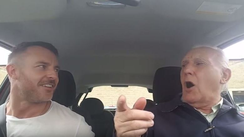 Ted Mac Dermott retrouve la mémoire quand son fils Simon lui passe les chansons de sa jeunesse