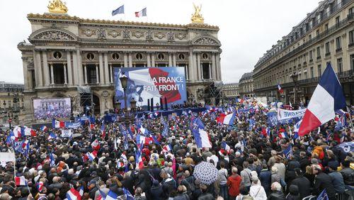 La société française bascule-t-elle vers l'extrême-droite? / SDF et migrants: l'urgence sociale dans la rue