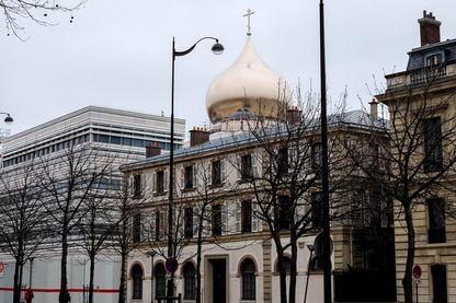 Une coupole doree de la future cathedrale de la Sainte Trinité à Paris