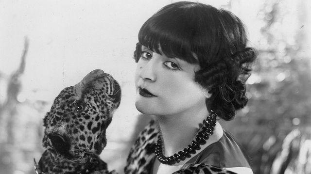 Maud Loty avec un léopard, autour de 1920