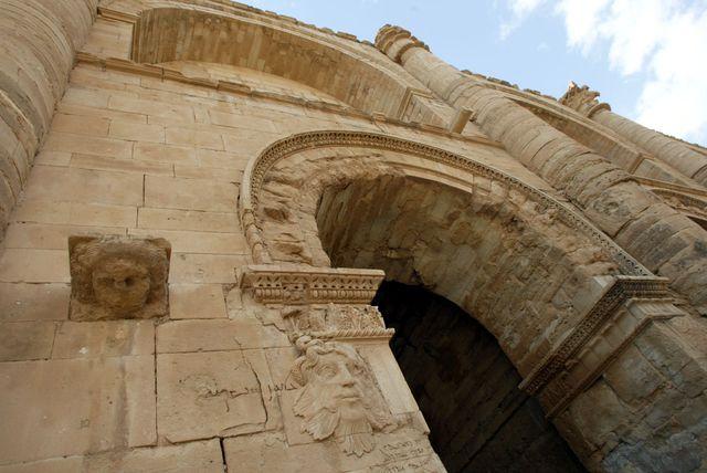 En 2003, la façade du palais royal de l'ancienne cité antique d'Hatra, dont les ornements seront détruits à la masse par les djihadistes.