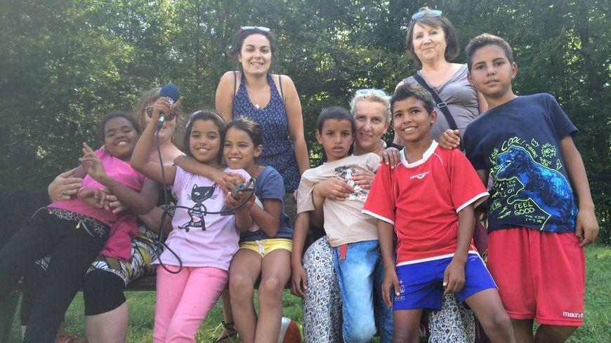 Les six jeunes sahraouis avec leurs familles d'accueil nancéiennes, en forêt de Haye.