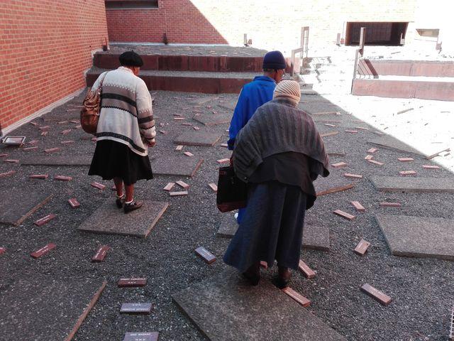 Musée Hector Pieterson : les briques représentent les étudiants morts pendant les révoltes de Soweto en 1976
