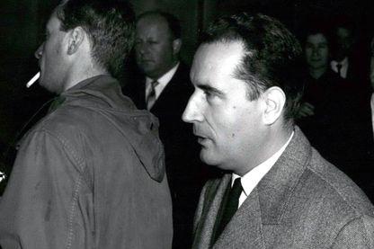 François Mitterrand dans le hall du Palais de Justice à l'occasion de  l'affaire Mitterrand-Pesquet en 1959