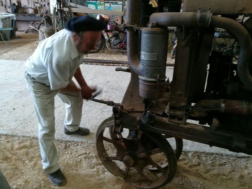 Un très vieux tracteur qu'on démarrer à la manivelle!
