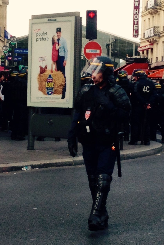 """Manifestation et CRS et publicité """"Mon poulet préféré"""", Gare du Nord, Paris"""