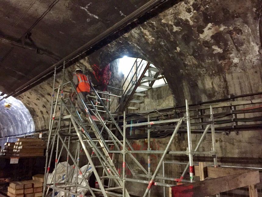 L'entrée du tunnel, avec un escalier réalisé sur mesure.