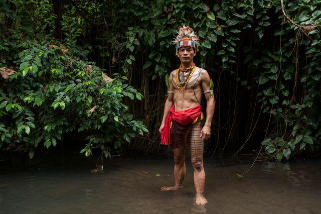 Esmat Sakulok pose pour afficher sa conception de corps de tatouage de l'origine de la tribu Mentawai;
