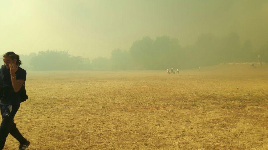 La fumée épaisse de l'incendie de Rognac