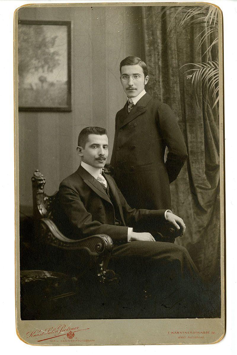 Stefan Zweig, debout, avec son frère , vers 1900 à Vienne.