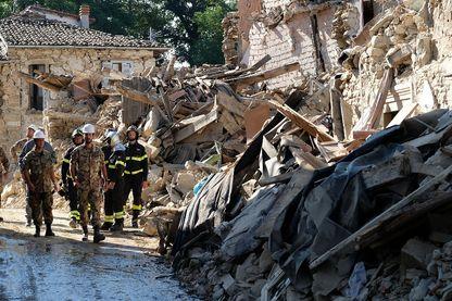 Des pompiers et soldats Italiens après le séisme