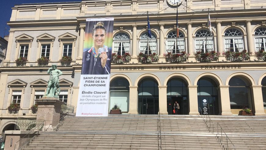 Le portrait déployé sur la façade de l'hôtel de ville