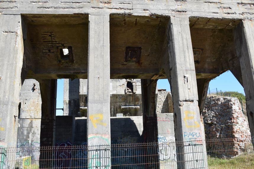 Une fois concassés, les galets étaient acheminés par train à Pont l'Abbé, via une voie ferrée construite spécialement pour l'usine.