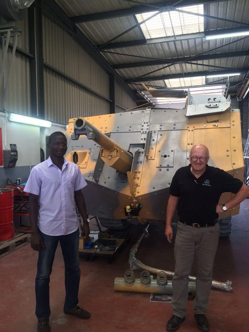 Patrick Gaya (APRRES Industries) et Guy ROY (SOGEMO) devant le char Saint-Chamond