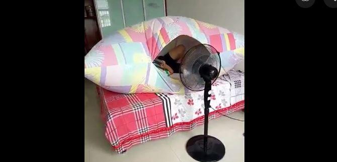 Un ventilateur pulse de l'air dans la housse de couette, qui se gonfle comme une tente